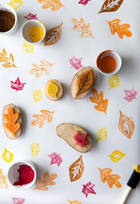 actividades otoño para niños - sellos de hojas con patatas para decorar