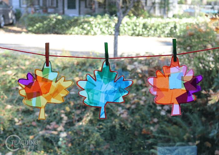 vidrieras de cristal con celofan de colores - actividades de otoño para niños - leaf suncatcher 2