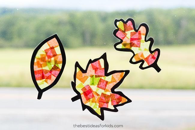 vidrieras de cristal con celofan de colores - actividades de otoño para niños - leaf suncatcher